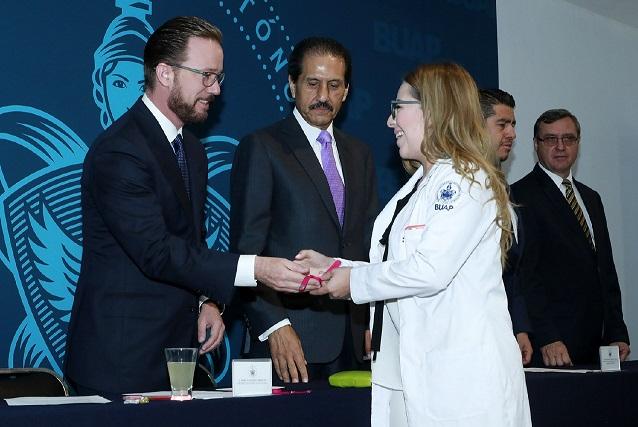 Resultado de imagen para Por la seguridad de las universitarias, el Rector Alfonso Esparza y el alcalde Luis Banck entregan 3 mil 600 pulseras rosas