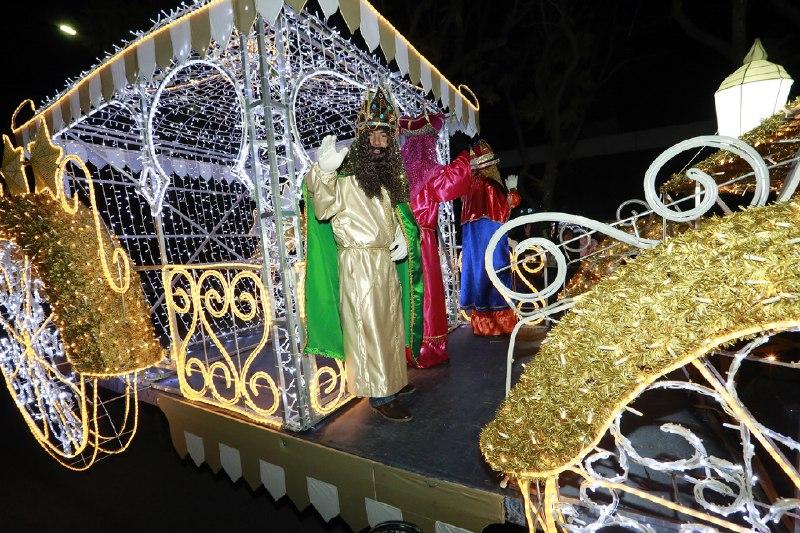 Luis Banck y Susy Angulo de Banck  iniciaron el desfile de Reyes Magos