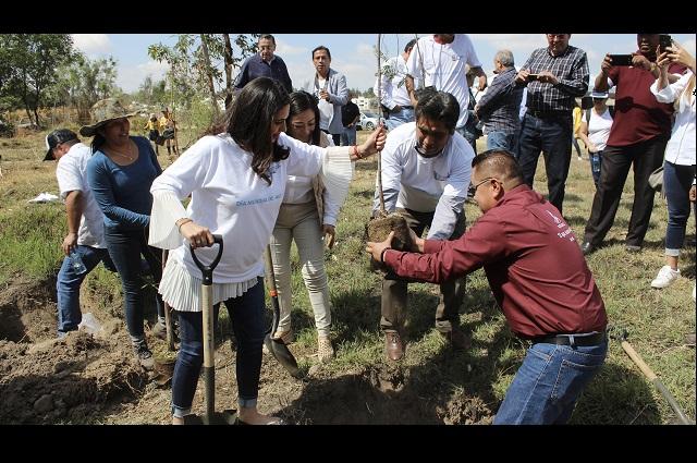 Limpian y reforestan ribera del Atoyac en Día Mundial del agua