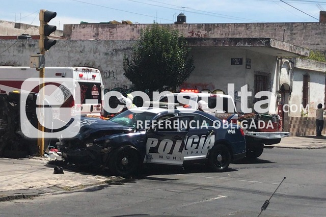 Choque de patrulla con particular termina en volcadura en Santiago
