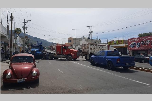 Transportistas de Tecamachalco hacen paro contra la edil Marisol Cruz