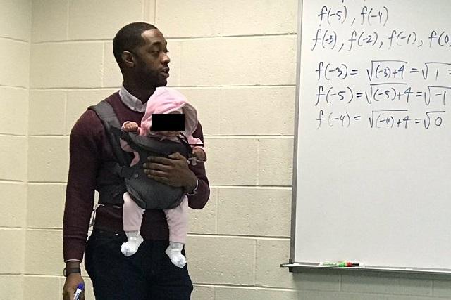Maestro cuida al bebé de un alumno mientras da clases