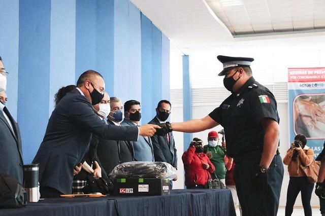 Entrega edil de Atlixco estímulos económicos y equipo a policías