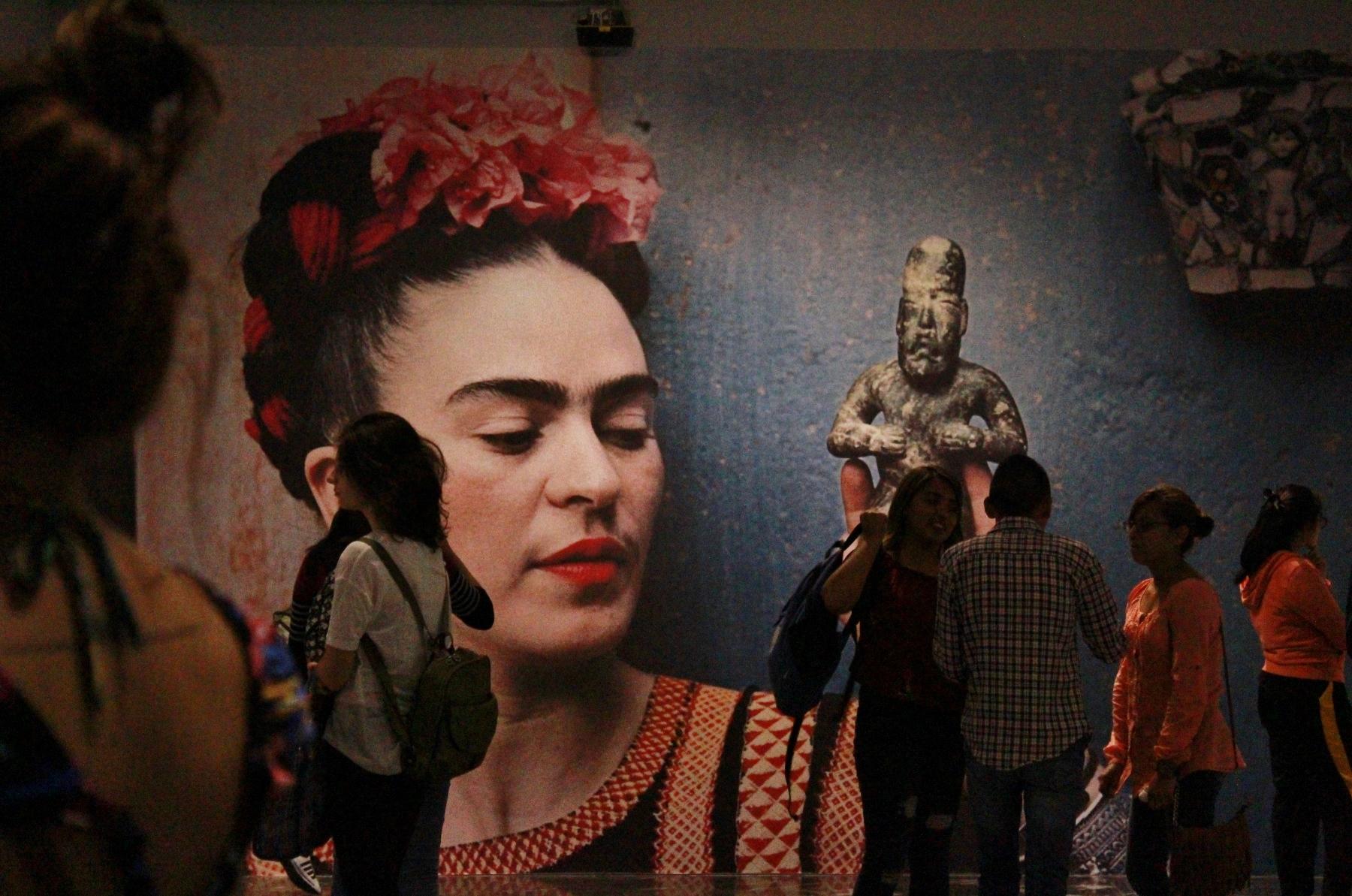 personas dentro de la Galería de arte del Palacio municipal