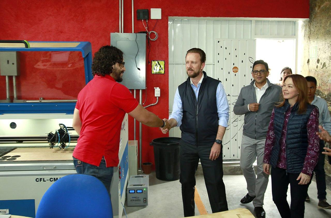 Banck supervisó emprendimientos de artesanos de Analco en  FabLab