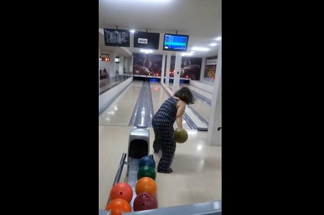 Video muestra a quien podría ser la peor jugadora de bolos