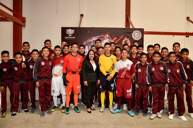 Entrega Cuautlancingo uniformes a jugadores de Águilas Reales