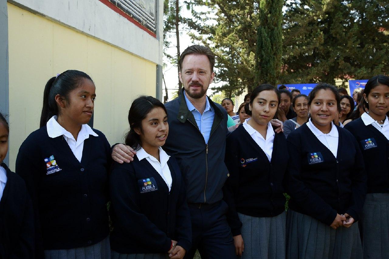 Banck entrega más sanitarios rehabilitados en Totimehuacan