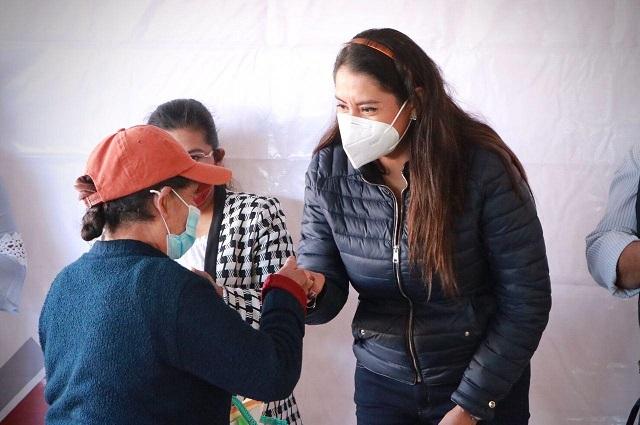 Encabeza Angélica Alvarado entrega de tarjetas para clínicas de salud
