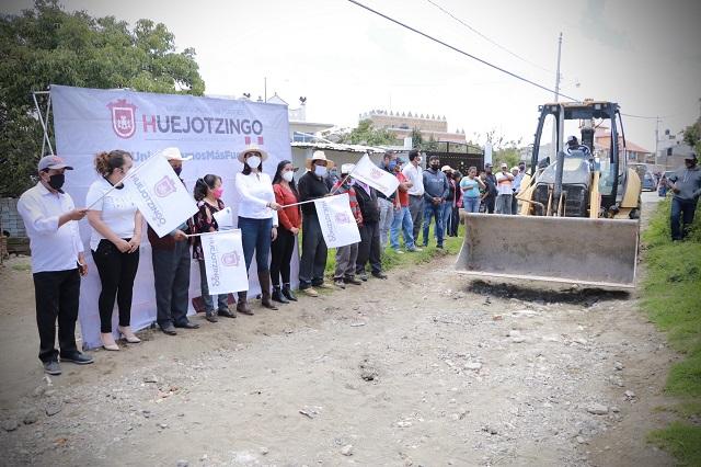 Da Angélica Alvarado banderazo de salida a obras de pavimentación