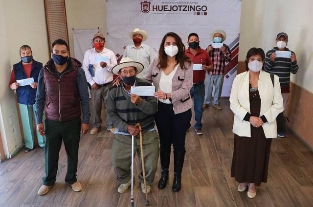 Entrega Angélica Alvarado apoyos por daños en cultivos de Huejotzingo