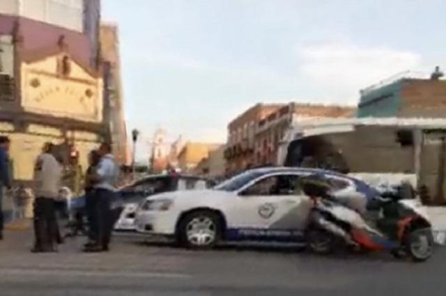 Ministeriales se pasan semáforo en rojo y chocan a motociclista