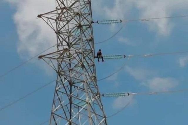Escala torre de alta tensión e intenta lanzarse, en Tehuacán