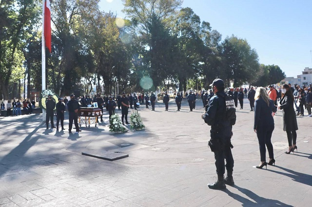 Rinde Angélica Alvarado homenaje a policía caído en cumplimiento del deber