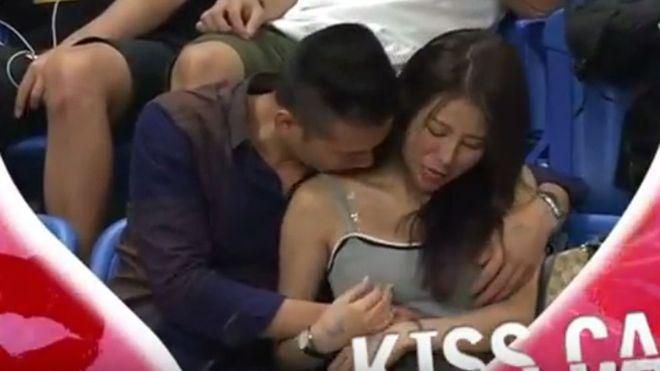 La Kiss Cam sorprende a enamorados en el momento menos oportuno (VIDEO)