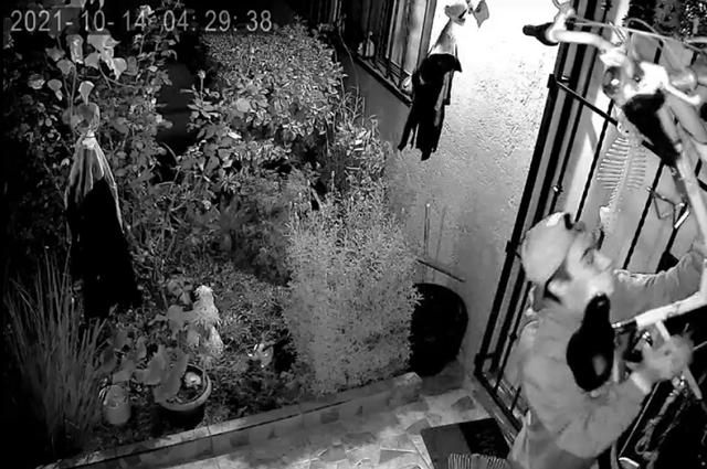 Graban a sujeto que entró a robar a casa en La Libertad
