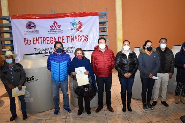 Familias de Tlatlauquitepec beneficiadas con programa alimentario y de tinacos