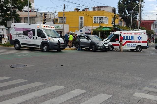Dos heridos en Huexotitla; los chocó una ambulancia