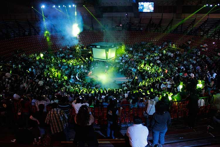 Personas escuchando el concierto en el Palenque de la Feria