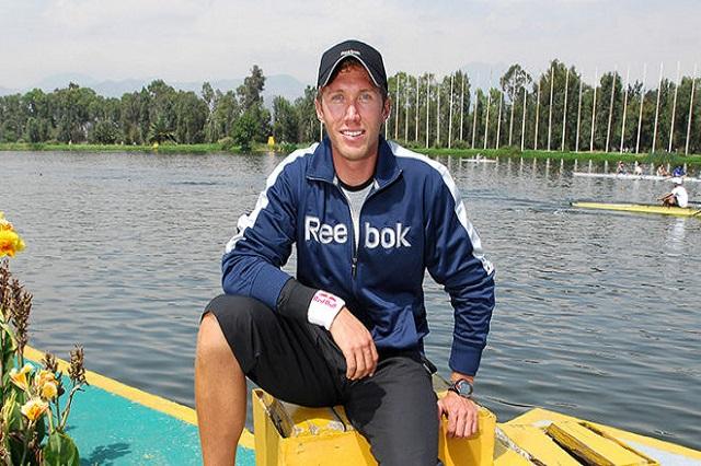 Dan cristalazo a atleta olímpico que vino a competir a Puebla