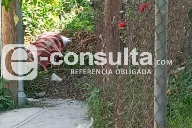 Hallan cadáver encobijado en colonia del sur de Puebla