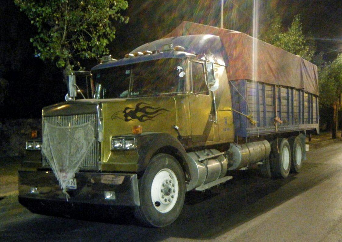 Aseguran camión abastecido con 22 contenedores de gasolina robada