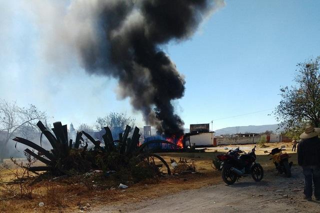 Explota camioneta en Acajete con combustible robado
