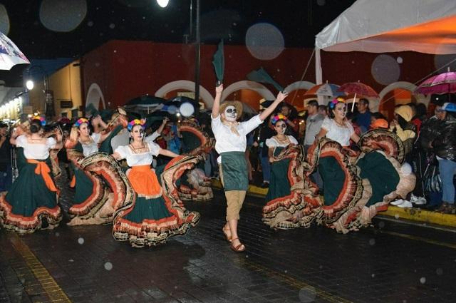 Desfilan más de 2 mil catrinas por las calles de San Pedro Cholula