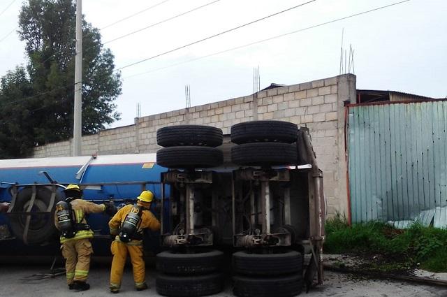 Tensión por pipa de gas volcada en el Puebla 2000
