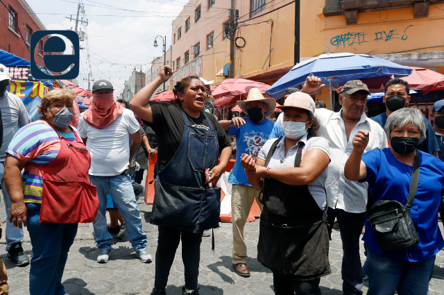 Ambulantes golpean y desarman a  ministerial en el centro de Puebla