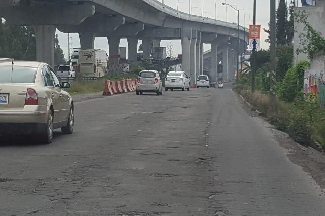 Automovilistas esquivan baches en laterales de la autopista