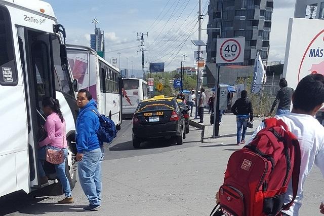 Taxis se adueñan de paraderos en Ciudad Judicial y en la Atlixcáyotl