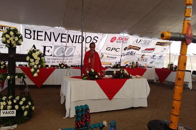 Albañiles dejan la cuchara para festejar la Santa Cruz