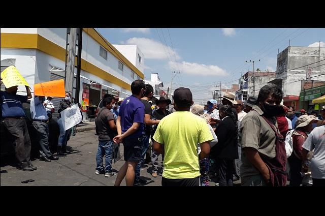 Comerciantes y autoridades de Atlixco se enfrentan en operativo