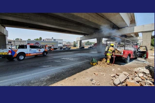 Por un corto circuito, camioneta se incendia en la México-Puebla