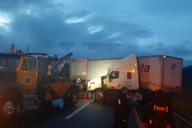 Choca camión con paquetería y paraliza la Puebla-Orizaba