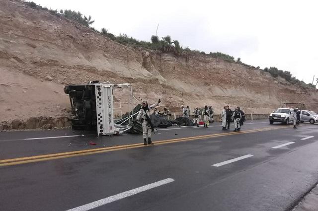 Vuelca camión de la GN con 16 policías en límites de Puebla y Oaxaca