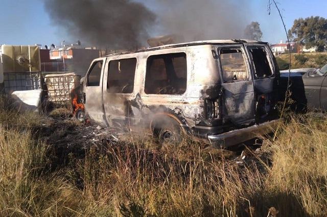 Se incendia camioneta en corralón al sur de Puebla