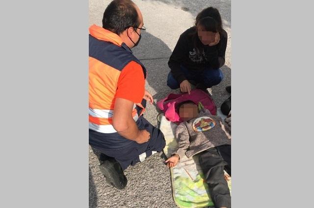 Niño escapa de mamá y casi lo atropellan en Valle Dorado