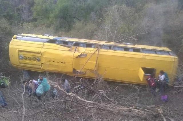 Camión cae a barranca tras choque frontal en Piaxtla