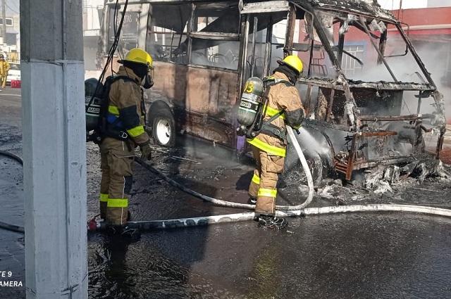 Microbús se incendia junto a gasolinera en La Libertad