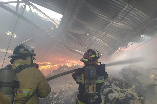 Se incendia bodega textil junto al Periférico Ecológico