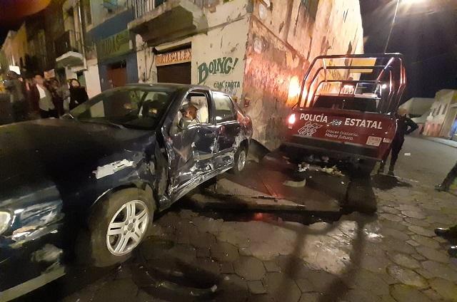 Patrulla estatal se pasa el alto y choca en el centro de Puebla