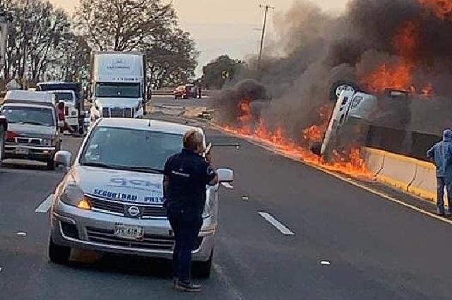 Tráiler se incendia tras volcar en la autopista México-Puebla