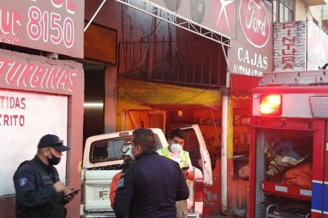 Conductor alcoholizado choca contra puesto de tacos en Tres Cruces
