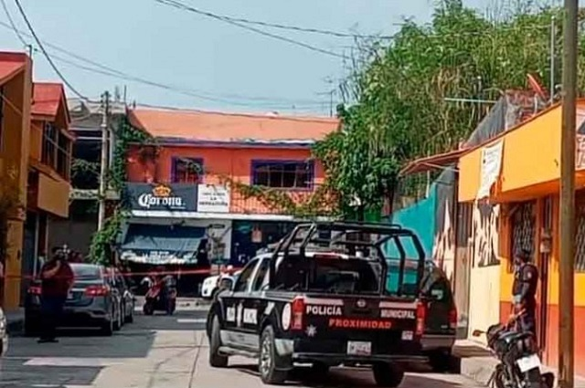 Matan a vigilante y hieren a socia en asalto a la Canaco en Izúcar