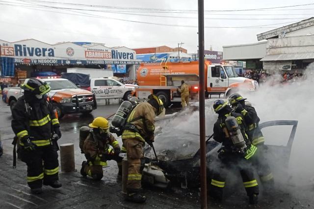Causa pánico incendio de un auto en la Central de Abasto