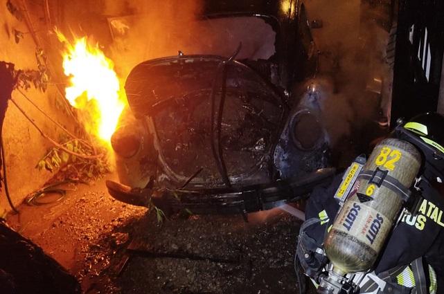 Incendio daña dos autos en la Guadalupe Hidalgo