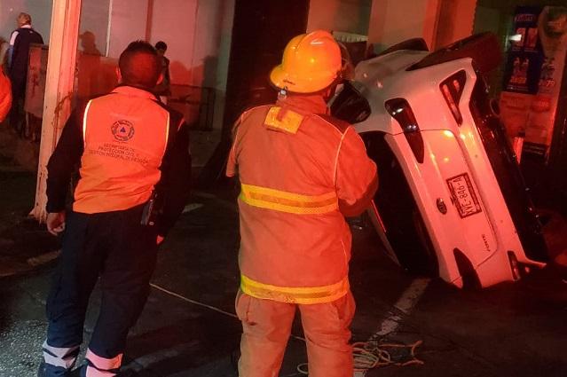 Vuelca vehículo en la Atlixcáyotl tras chocar con una pipa