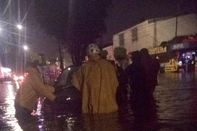 Tormenta azota a Puebla con inundaciones y autos varados